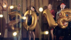 Группа в составе Cheerfull друзья показывает реальные надутые диаграммы 2018 Счастливая концепция 2018 Нового Года сток-видео