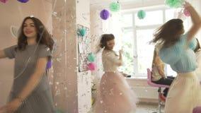 Группа в составе excited счастливые милые молодые женщины в причудливых платьях танцуя вокруг в профессиональном салоне красоты н акции видеоматериалы