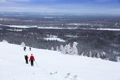 Группа в составе hikers в снежных горах зимы Стоковое Изображение RF