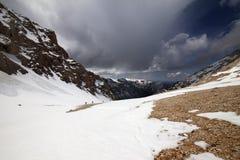 Группа в составе hikers в снежных горах Стоковые Фото