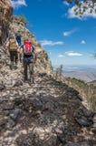 Группа в составе hikers идя вверх на след стоковая фотография
