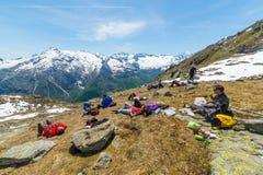 Группа в составе hikers исследуя Альпы, мероприятия на свежем воздухе в лете Стоковое фото RF