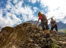 Группа в составе Hikers идя вниз от верхней части держателя Стоковое фото RF