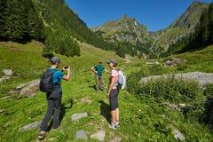Группа в составе hikers на горной тропе Стоковые Фото