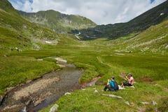 Группа в составе hikers на горной тропе Стоковая Фотография RF