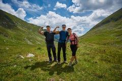 Группа в составе hikers на горной тропе Стоковые Изображения