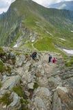 Группа в составе hikers на горной тропе Стоковое Изображение