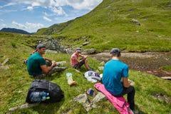 Группа в составе hikers на горной тропе Стоковое Фото
