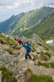 Группа в составе hikers на горной тропе Стоковые Изображения RF