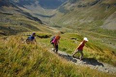 Группа в составе hikers на следе Стоковая Фотография RF