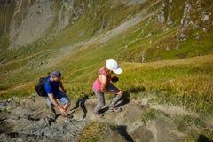 Группа в составе hikers на следе Стоковые Изображения