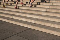 Группа в составе jogger бежать верхние лестницы - внешнее trainin фитнеса стоковое фото rf
