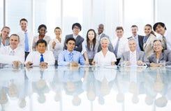 Группа в составе Multi этническая встреча персоны дела стоковое изображение rf