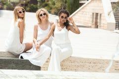 Группа в составе multiracial подруги имея потеху совместно Стоковое Фото