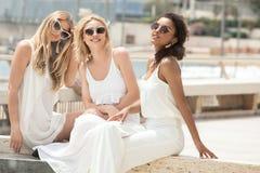 Группа в составе multiracial подруги имея потеху совместно Стоковые Фото