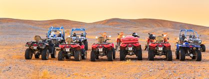 Группа в составе riderless ATVs и мотоцилк выровнялась вверх в пустыне Сахары Стоковые Фото