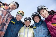 Группа в составе Snowboarders в лыжном курорте, взгляде низкого угла Стоковое Изображение RF