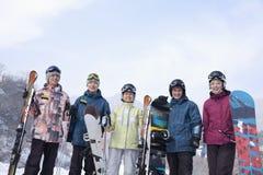 Группа в составе Snowboarders в лыжном курорте, портрете Стоковые Фотографии RF
