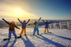 Группа в составе snowboarders друзей имея потеху на верхней части горы Стоковые Изображения