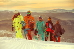 Группа в составе snowboarders друзей имея потеху на верхней части горы Стоковое Изображение RF