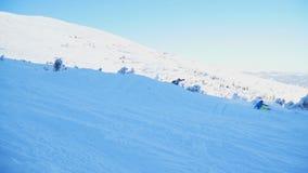 Группа в составе snowboarders скача на горные склоны в зиме сток-видео