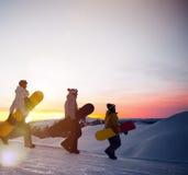 Группа в составе snowboarders na górze горы Стоковое фото RF