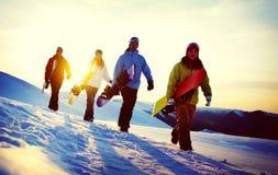 Группа в составе Snowboarders na górze концепции горы Стоковое фото RF