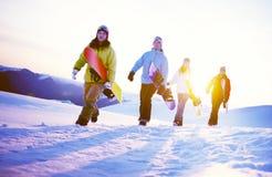 Группа в составе Snowboarders na górze концепции горы Стоковое Изображение