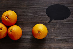 Группа в составе Speechbubble апельсины имеет сообщение Стоковая Фотография RF