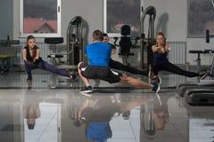 Группа в составе Sportive люди в тренировке спортзала Стоковое Изображение