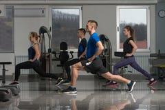 Группа в составе Sportive люди в тренировке спортзала Стоковые Фотографии RF