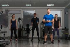 Группа в составе Sportive люди в тренировке спортзала Стоковые Фото