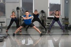 Группа в составе Sportive люди в тренировке спортзала Стоковое Изображение RF