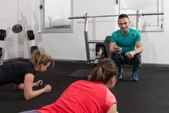 Группа в составе Sportive люди в тренировке спортзала Стоковое Фото
