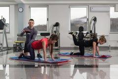 Группа в составе Sportive люди в тренировке спортзала Стоковые Изображения