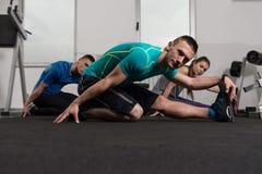 Группа в составе Sportive люди в тренировке спортзала Стоковое фото RF