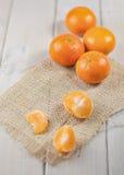 Группа в составе tangerines на деревянном столе Стоковое Изображение RF