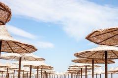 Группа в составе umrellas пляжа соломы Стоковые Фото