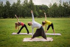 Группа в составе yogis в грациозно представлении во время внешних преследований Стоковое Фото