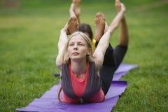 Группа в составе yogis в грациозно представлении во время внешних преследований Стоковые Изображения