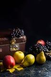 Группа голубых виноградин и зрелых плодоовощей на темной мраморной предпосылке Стоковое Изображение RF