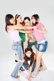 группа девушки друзей дракой кота стоковые изображения rf