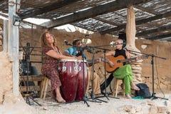 Группа дилетанта музыкальная выполняет на сымпровизированном этапе под сенью в городе Mizpe Рэймона в Израиле стоковое фото rf