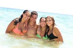 группа друзей пляжа стоковые фотографии rf