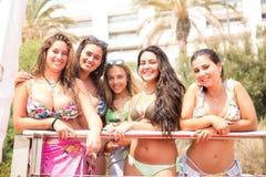 группа друзей пляжа стоковая фотография rf