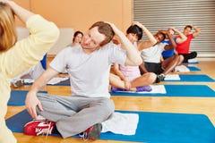Группа делая тренировку во время класса pilates Стоковое Фото
