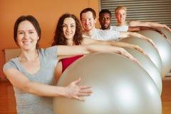 Группа делая тренировку с шариком Стоковые Изображения