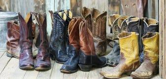 Группа из десяти спаривает старых ботинок ковбоя Стоковые Изображения RF