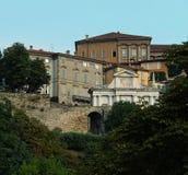 Группа исторических зданий в городке Bergamo's Citta Alta верхнем против света, неба утра голубого стоковая фотография rf