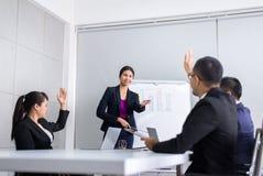 Группа команды азиатская обсуждая с рукой поднимает вверх совместно в стоковая фотография rf